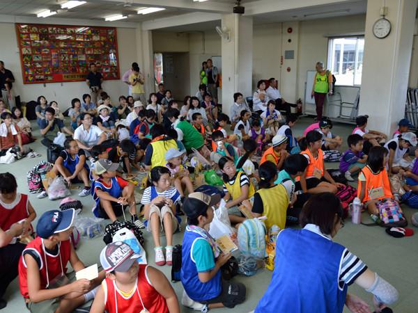 多目的ホールに集まった多くの参加者たち