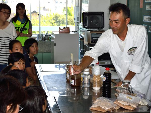 醤油のできる過程を説明する加藤醤油