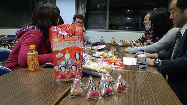 お菓子を囲んでミーティング